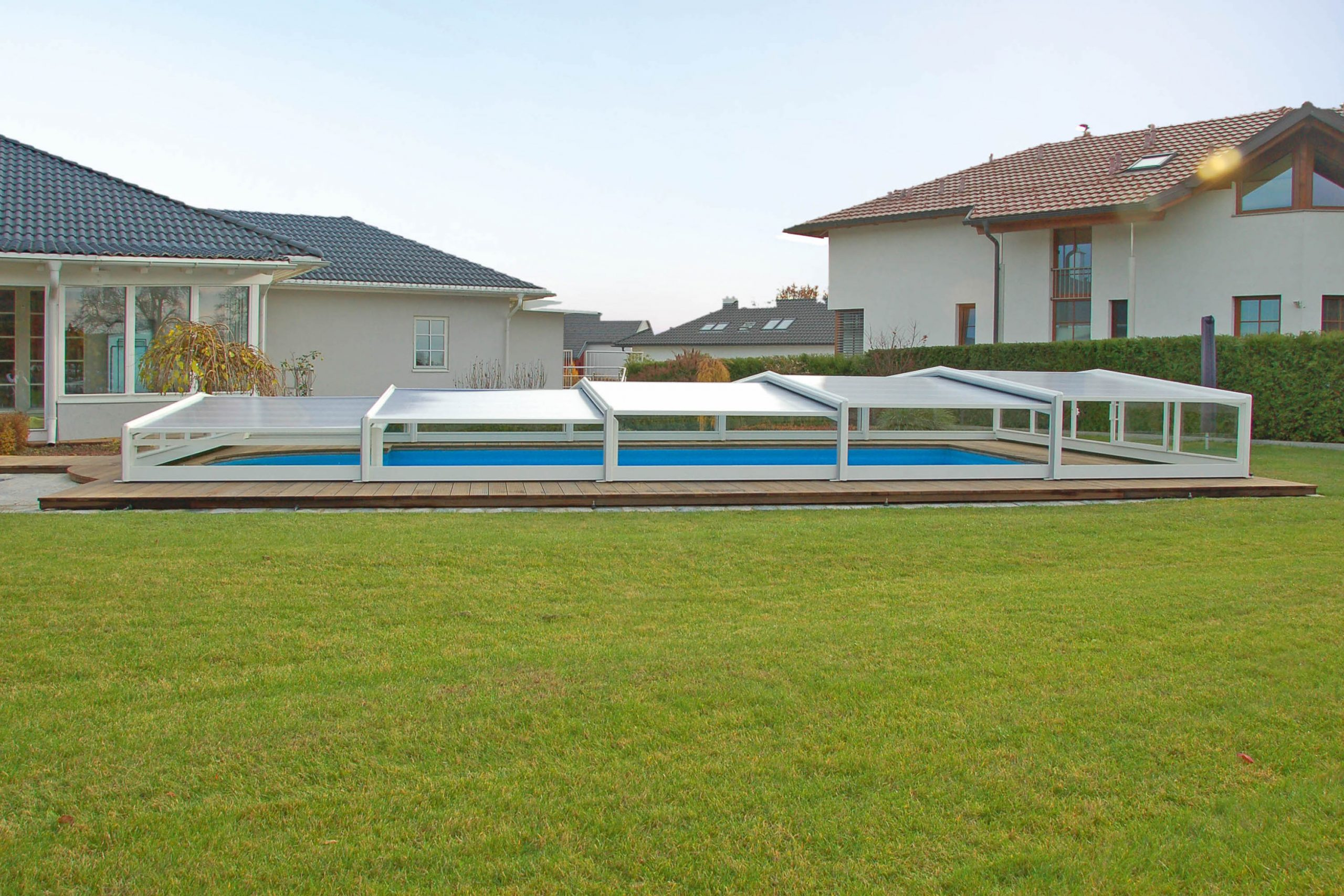 L'abris de piscine bas, 3 angles. grâce à sa faible hauteur et sécurité, l'abri bas permet de conserver la perspective du jardin tout en assurant le chauffage naturel de la piscine.