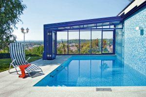 L'abri de piscine mural est adossé un mur sur toute sa longueur, ou sur toute sa largeur. En général, ce type d'abri de piscine est installé en prolongement de la maison, comme une véritable pièce à vivre.